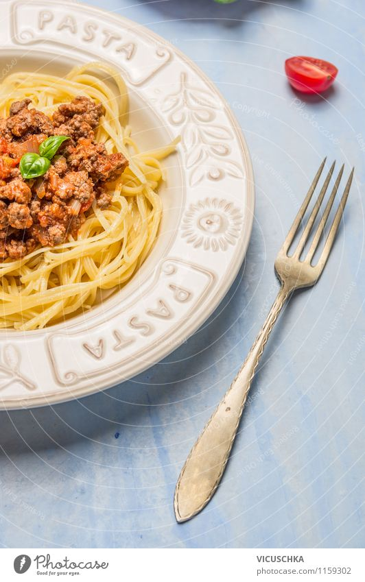 Spaghetti Bolognese in Teller mit Gabel Gesunde Ernährung Leben Stil Essen Hintergrundbild Lebensmittel Design Tisch Kräuter & Gewürze Küche Gemüse Bioprodukte