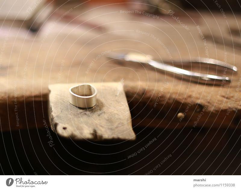 Ring schmieden Freizeit & Hobby Arbeit & Erwerbstätigkeit Beruf Arbeitsplatz Handwerk Zeichen Stimmung Kreis Werkzeug Schmiede Holztisch silber Produktion Zange
