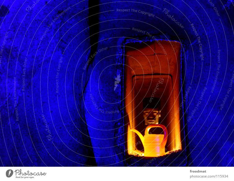 hole in the wall Schichtarbeit Cottbus Deutschland Verfall Kannen Dinge anschaulich dunkel Gießkanne blau grell Dauerlicht Langzeitbelichtung Taschenlampe Mann
