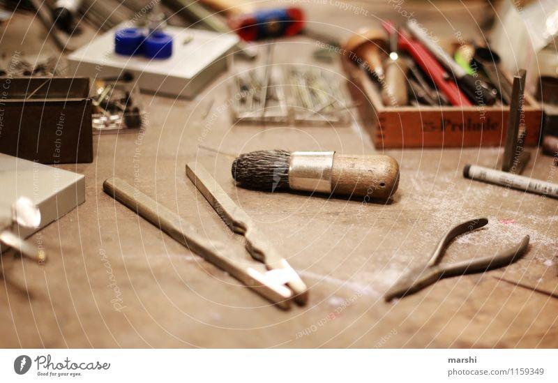 Arbeitsplatz Freizeit & Hobby Arbeit & Erwerbstätigkeit Beruf Handwerker Künstler Zeichen Schriftzeichen Stimmung Werkzeug Schmiedekunst Zange Ring Freude
