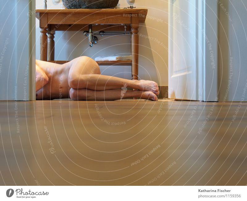 #1159356 feminin Frau Erwachsene Körper Bauch Beine Fuß Mensch 30-45 Jahre liegen ästhetisch authentisch außergewöhnlich braun grau silber weiß Kunst Badewanne