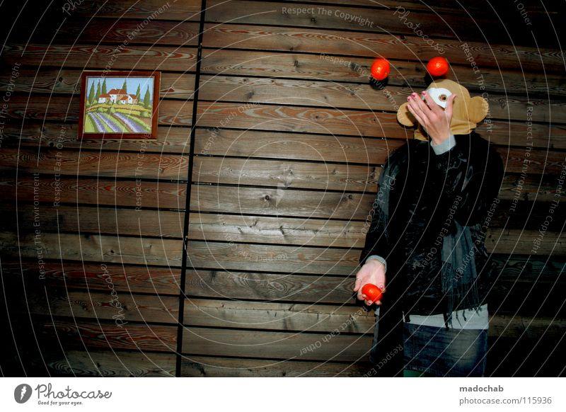 ...UND TÄGLICH JONGLIERT DAS AFFENTIER Mensch Frau Hand Freude Tier Einsamkeit Haus Ferne kalt Wand Holz Bewegung Traurigkeit Gebäude lustig Feste & Feiern
