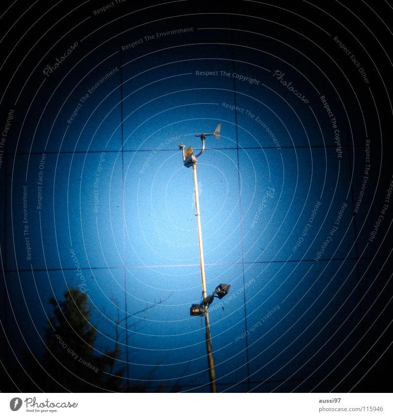 Die verlassene Station dunkel Regen Wind Industrie Kontakt Gewitter Planet Antenne Scheinwerfer Raster UFO Sucher schemenhaft Fototechnik Funktechnik