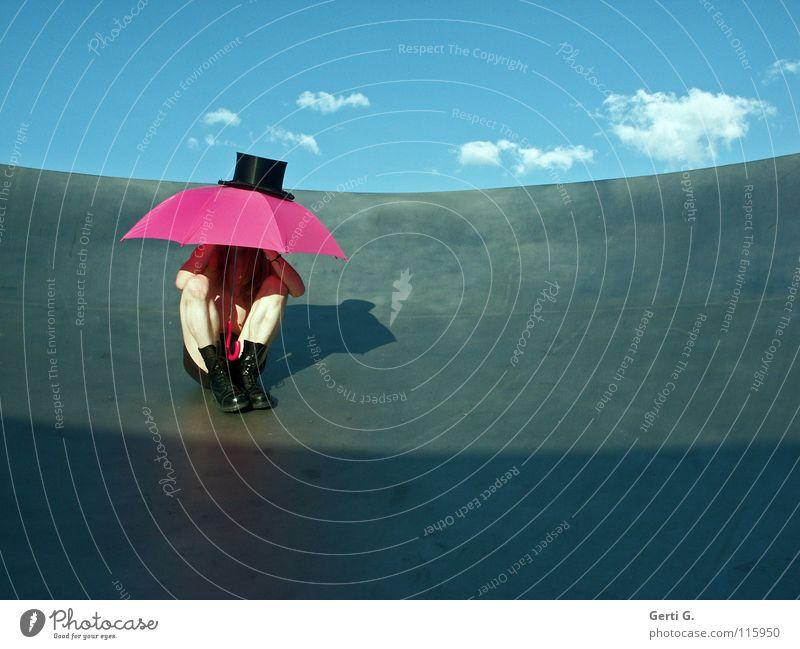 Mr. Hide Mensch Himmel Mann Jugendliche blau Sommer Wolken schwarz Regen blond rosa sitzen Schutz dünn Schönes Wetter Regenschirm