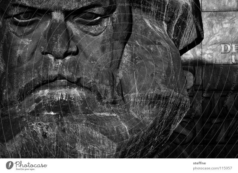 GROUCHO MARX Mann rot schwarz Arbeit & Erwerbstätigkeit Kopf grau Kunst Deutschland Denkmal Vergangenheit Statue Wahrzeichen DDR Russland links Osten
