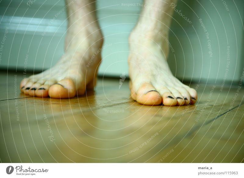 Flos Plattfüße Zehen Nagellack Zehennagel schwarz Bodenbelag Holzfußboden stehen maskulin Mann weiß Winter kalt frieren Barfuß Langeweile Fuß plattfuß plattfüße