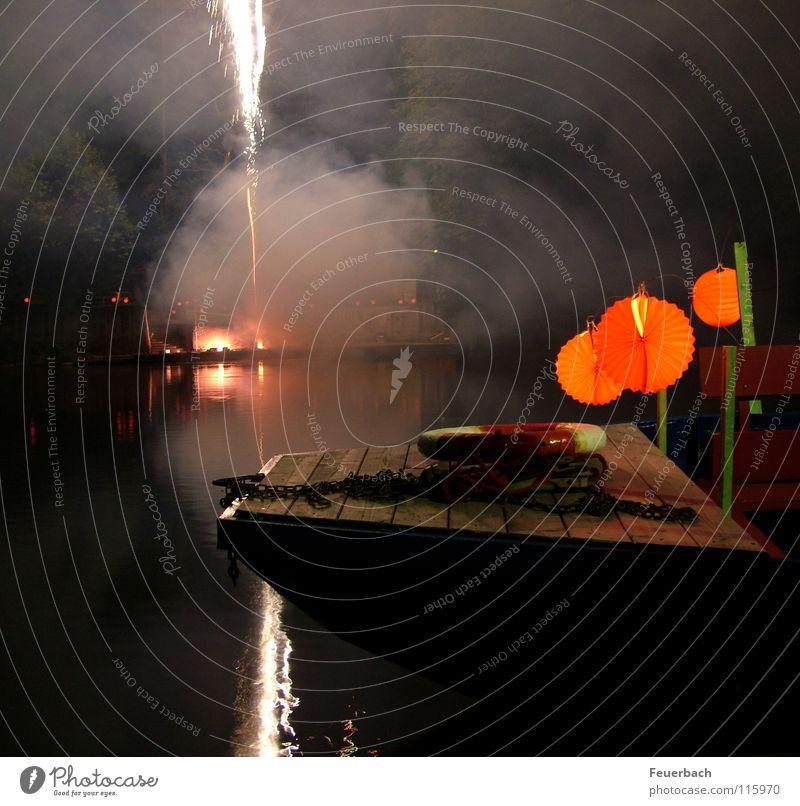 smoke on the water (II) Wasser dunkel See Wasserfahrzeug Küste Brand Seil Feuer Silvester u. Neujahr Vergänglichkeit Rauch Laterne Feuerwerk Rettungsring Lampion Rauchwolke