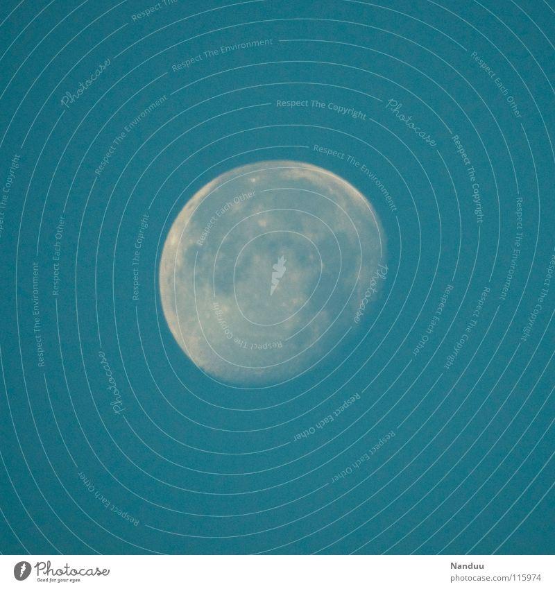 Yin im Yang Himmel blau schön weiß Ferne kalt Graffiti hell träumen Romantik rund Weltall Ball Kugel Mond bleich