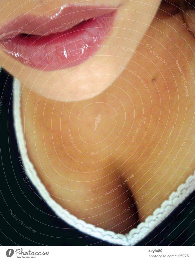 Lippenbekenntnis Schmollmund Küssen Kinn Frau geschminkt Lipgloss zart weich rund Selbstportrait verführerisch feminin rosa Mund Kussmund Haut Nahaufnahme