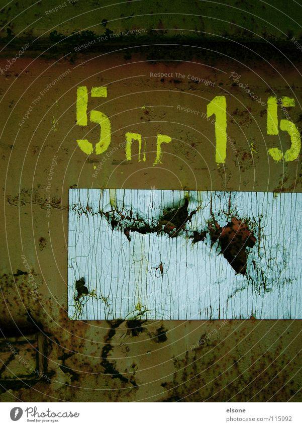 ::5nr 15:: alt grün Stein Metall dreckig kaputt Ziffern & Zahlen Buchstaben verfallen Müll Information Rost Stahl Typographie trashig Wort