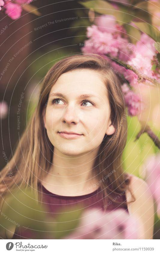 Blütenportrait. Mensch Kind Natur Jugendliche Pflanze schön Sommer Junge Frau Baum Blatt 18-30 Jahre Erwachsene Gesicht Frühling natürlich