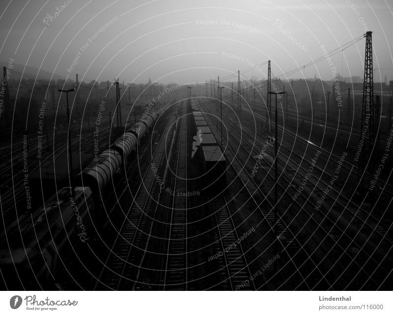 YARD Eisenbahn Güterbahnhof Gleise Lampe dunkel trist Verkehr Güterverkehr & Logistik Bahnhof train Ware Linie Container Einsamkeit Industriefotografie staright