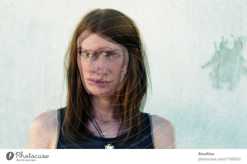 Svenni doppelt Junge Frau Jugendliche Gesicht 30-45 Jahre Erwachsene Wand rothaarig langhaarig Sommersprossen beobachten Bewegung ästhetisch Coolness schön