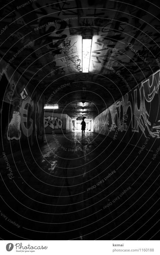 FR UT | Regenschirmherrin Mensch Frau Stadt dunkel Erwachsene Wand Graffiti feminin Mauer Lampe Lifestyle Regen stehen warten nass Coolness