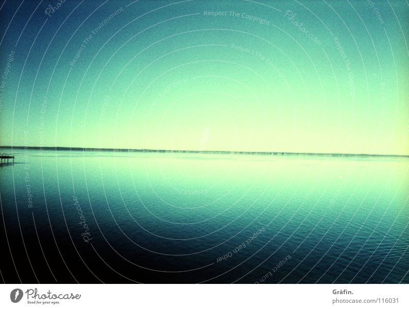 Hinterm Horizont geht's weiter Steg Steinhuder Meer Reflexion & Spiegelung blau Aussicht Sehnsucht Wellen Sommer weiß Heimat Lomografie vignette Wasser Himmel
