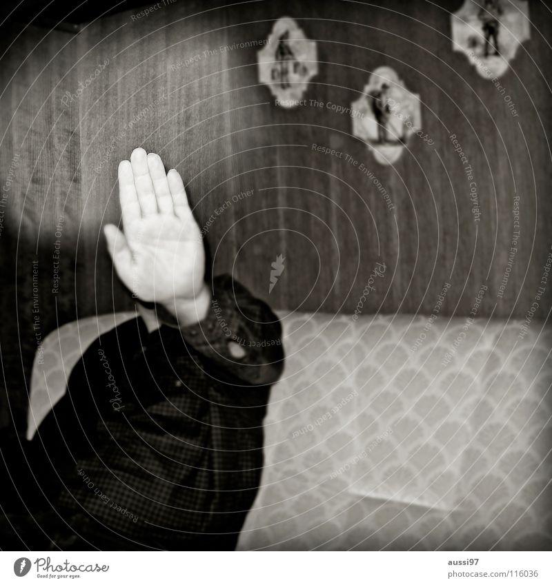 Guck dir den Dieter an,... Mann Hand stoppen Grenze anonym Schüchternheit Halt Schwarzweißfoto Ablehnung Defensive kopflos Lichteinfall Fotograf unerkannt