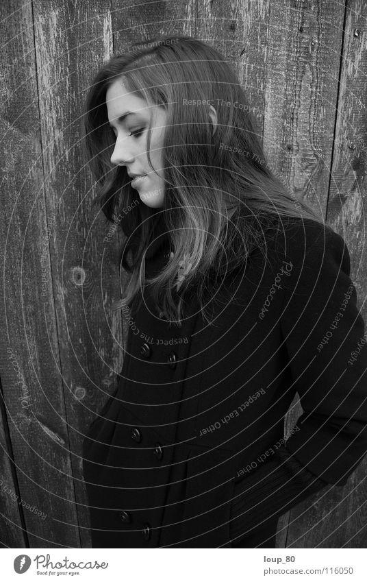 oT Mantel Holz Einsamkeit schwarz Porträt Denken geschlossene Augen Silhouette Schwarzweißfoto Winter Frau Profil