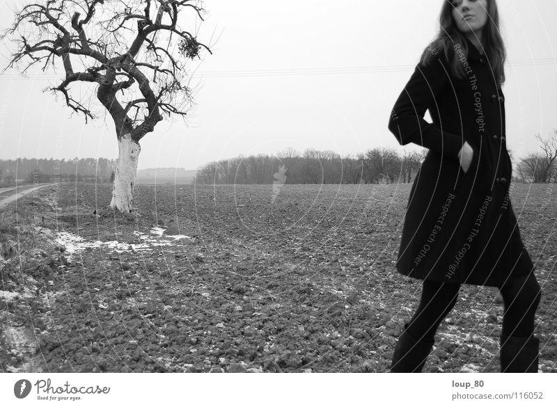 oT Frau Einsamkeit schwarz Baum Apfelbaum Feld Mantel Schwarzweißfoto Winter Landschaft Natur Mistelzweig Traurigkeit