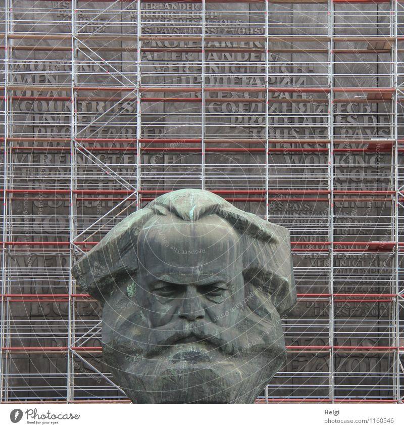 der Karl... Kunst Kunstwerk Skulptur Kultur Büste Denkmal Chemnitz Stadt Stadtzentrum Sehenswürdigkeit Baugerüst Metall Schriftzeichen stehen alt authentisch