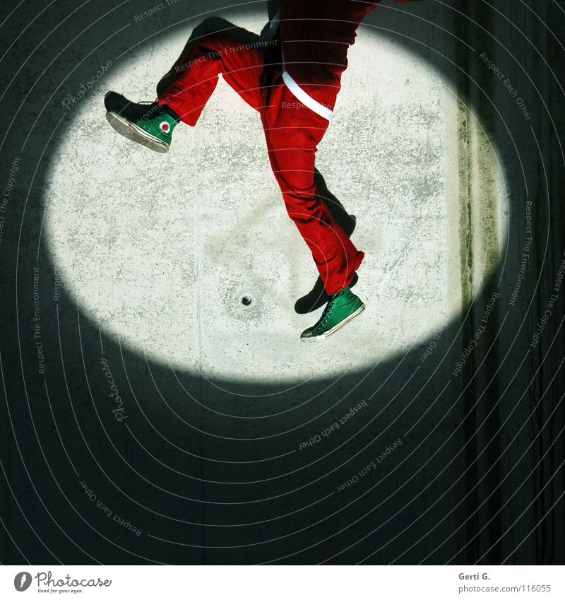 horch was kommt von draussen rein.... Weihnachten & Advent weiß grün rot dunkel Wand Bewegung grau Mauer Beine hell Beton Klettern fallen verfallen Weihnachtsmann