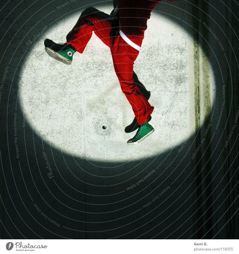 horch was kommt von draussen rein.... Weihnachtsmann Kamin hängen strampeln Bühnenbeleuchtung Licht dunkel rot weiß grün Chucks Turnschuh zappeln Wand Beton
