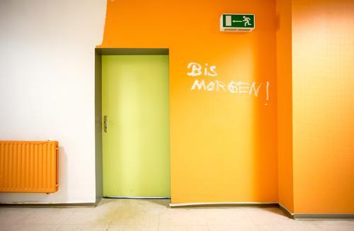 Tschöö grün weiß gelb Wand Mauer Schule Arbeit & Erwerbstätigkeit Business orange Büro Tür Schriftzeichen lernen Studium Zeichen Schulgebäude
