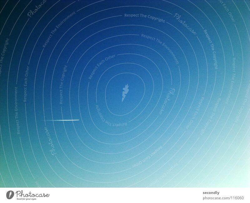 flug Himmel blau Ferne klein Flugzeug Geschwindigkeit Luftverkehr Langeweile Kondensstreifen