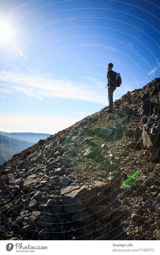 Aufgabe vor sich Junger Mann Jugendliche 1 Mensch 18-30 Jahre Erwachsene Felsen Berge u. Gebirge wandern Optimismus Willensstärke Mut ruhig Ausdauer Einsamkeit