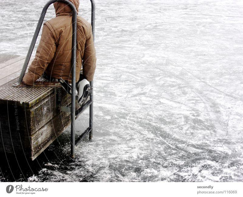 vom eis Steg Schlittschuhe Jacke See gefroren kalt Schifffahrt Winter Eis Leiter Spuren Schnee