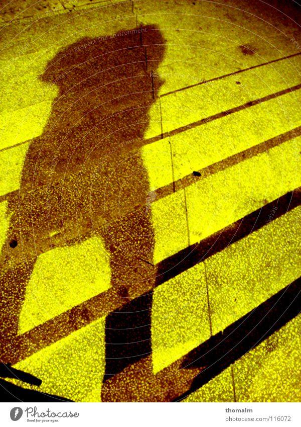 schattenmann Mann grün Winter gelb Farbe kalt dunkel Stein Beine Linie hell braun gehen Beton Treppe diagonal