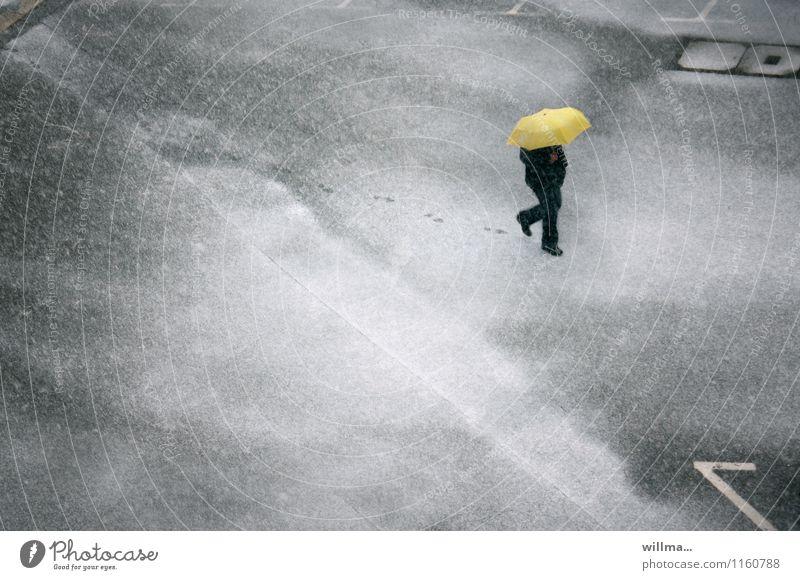 Mann läuft im Schneetreiben mit Schirm über die Straße und hinterlässt Spuren Winter Mensch Erwachsene Wetter Schneefall Platz Regenschirm Fußspur kalt gelb