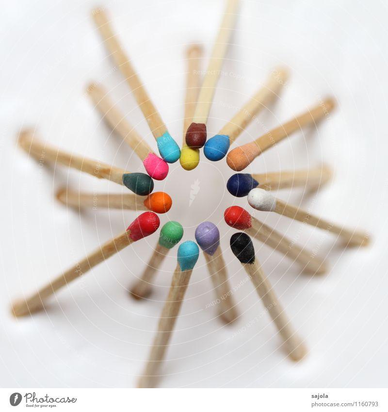 gemeinsam androgyn Streichholz Holz Beratung sprechen Kommunizieren stehen Zusammensein mehrfarbig Einigkeit Solidarität Hilfsbereitschaft trösten Partnerschaft