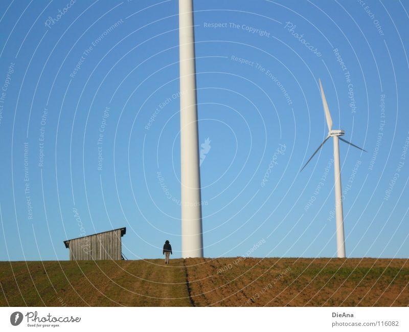 überragend Erneuerbare Energie Winter Dezember Feld kalt Koloss Lücke himmelblau klein Einsamkeit winzig Frau Spaziergang drehen ruhig Energiewirtschaft