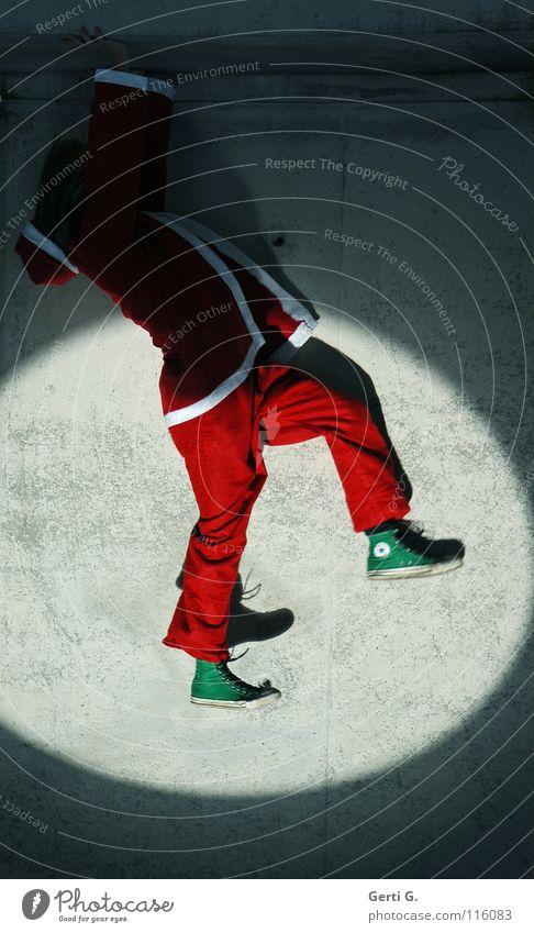 it's a trick Weihnachtsmann Handstand hängen strampeln Bühnenbeleuchtung Licht dunkel rot weiß grün Chucks Turnschuh zappeln Wand Beton Mauer grau verfallen