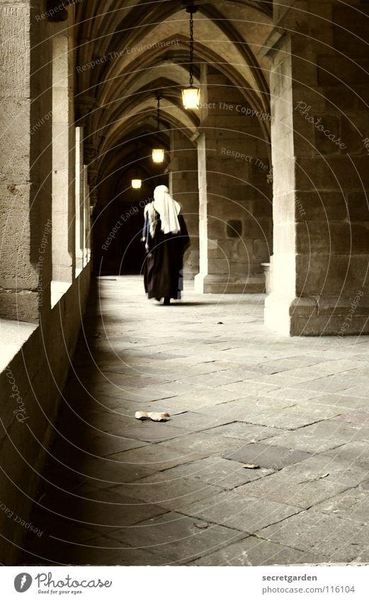 verflogener nonnenfurz Mensch Frau Einsamkeit ruhig Tod dunkel Architektur Religion & Glaube Stein Geistlicher Raum gehen Kultur Ende Frieden Laterne