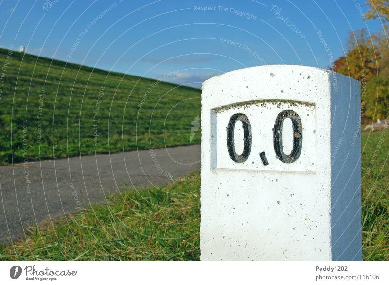 Meilenstein Himmel Ferien & Urlaub & Reisen grün Herbst Gras Wege & Pfade Freiheit grau Beginn Hinweisschild Kilometerstein