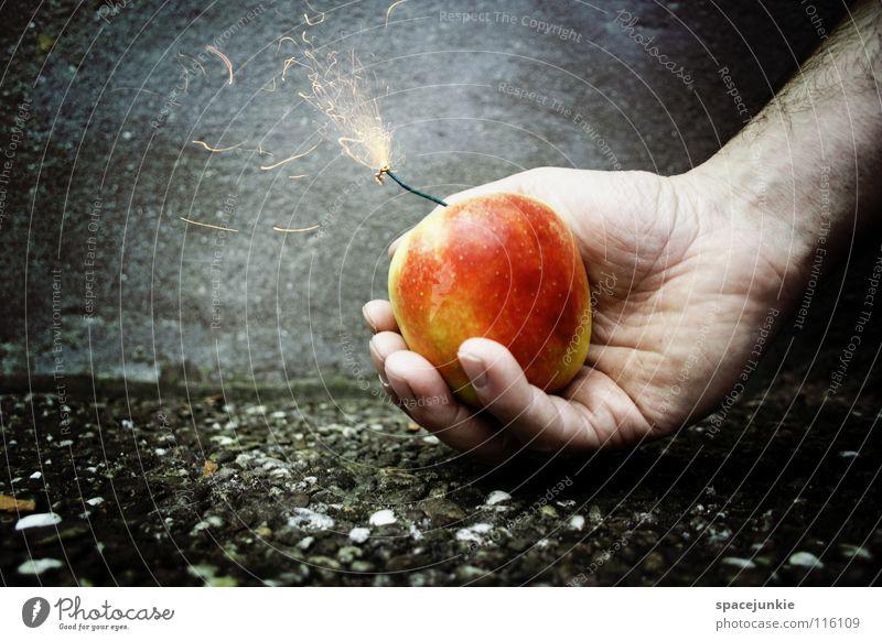 Sprengkörper Hand Freude Ernährung Wand Gesundheit Essen Frucht Beton frisch gefährlich bedrohlich Silvester u. Neujahr Apfel Gewalt Feuerwerk skurril