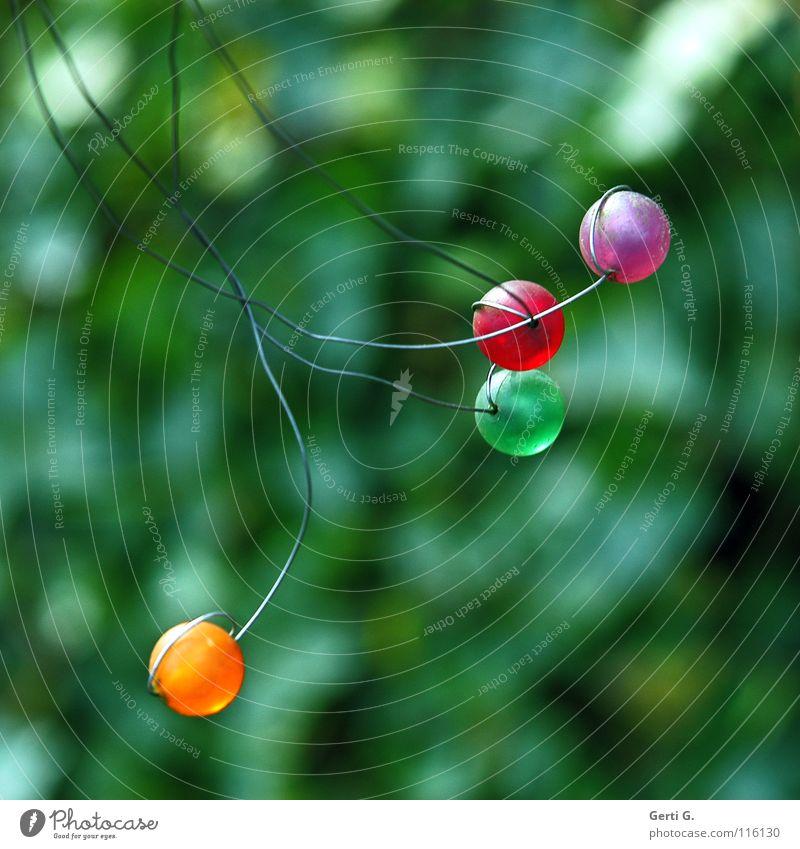 Yvonne seine tanzenden Perlchen mehrfarbig Perle rot violett grün Befestigung Draht befestigen bewegungslos Schmuck Windspiel Licht Sonnenlicht Kunst