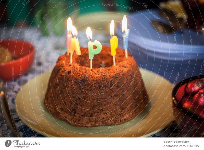 Geburtstagskuchen Kuchen Kaffeetrinken Essen Feste & Feiern genießen lecker Farbfoto Innenaufnahme Menschenleer Kunstlicht Schwache Tiefenschärfe