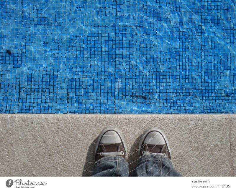 Noch zu kalt? Wasser blau Ferien & Urlaub & Reisen kalt Schuhe Küste Europa Schwimmbad Schwimmen & Baden Fliesen u. Kacheln türkis Chucks Am Rand Mallorca Spanien