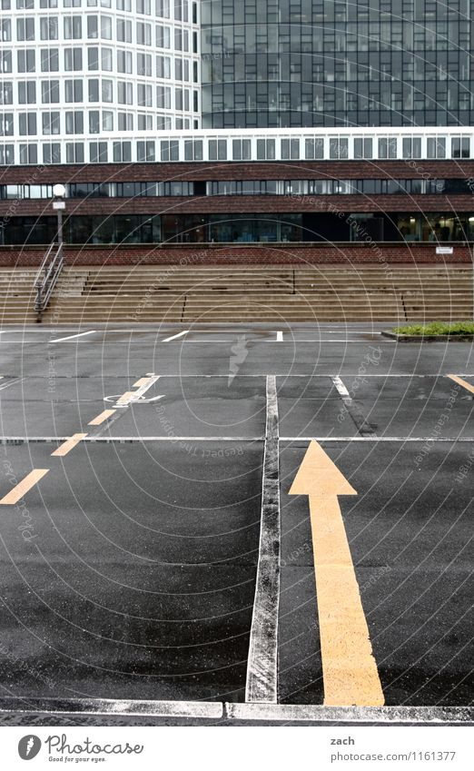 Platzanweiser Hamburg Stadt Stadtzentrum Stadtrand Menschenleer Haus Hochhaus Bankgebäude Bauwerk Architektur Parkplatz Mauer Wand Treppe Fassade Fenster