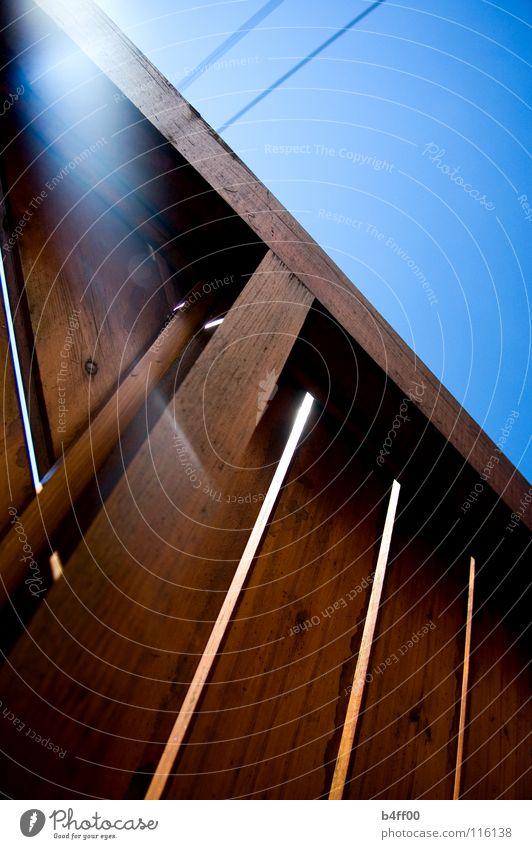 balkonhimmel Gegenlicht Holz Barriere braun Elektrizität Physik Sommer Freude Frieden blau Sonne Geländer Kabel Wärme Schönes Wetter Erholung liegen Himmel