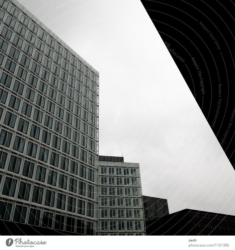 Stahl und Beton Büro Hamburg Stadt Stadtzentrum überbevölkert Menschenleer Haus Hochhaus Bankgebäude Bauwerk Architektur Bürogebäude Mauer Wand Fassade Fenster