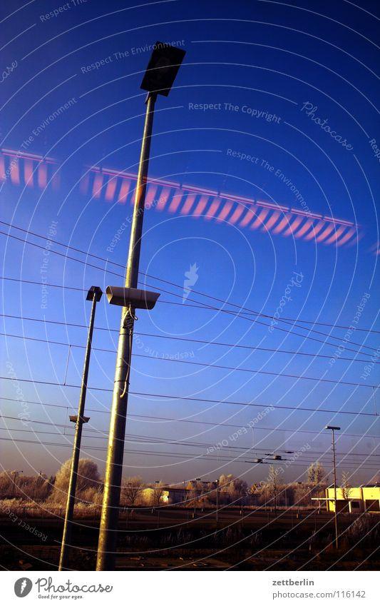 Bahnfahrt nach Norden 2 Baum Sträucher Winter Raureif unreif Eisenbahn Abteilfenster Oberleitung Licht Lampe Reflexion & Spiegelung fahren Durchgang Verkehr