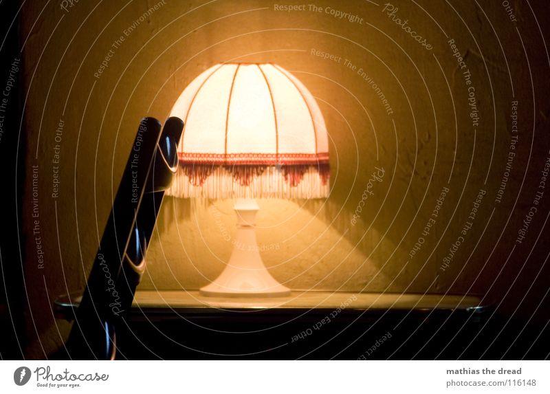 Stuhlleben Stillleben ruhig Ausstrahlung Möbel Café Holz schwarz Lampe Kunstlicht Stimmung klein weiß dunkel gemütlich Detailaufnahme Wohnzimmer beruhgen