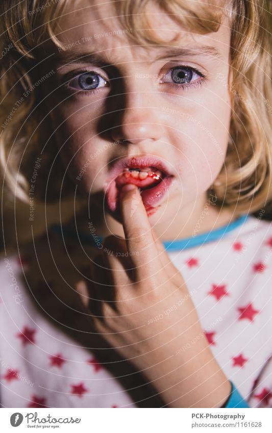 Zahnfee feminin Mädchen Junge Frau Jugendliche Auge Mund Lippen Zähne blond Schmerz Angst Zahnfleisch Zahnschmerzen Zahnlücke zahnfee Blut Farbfoto mehrfarbig