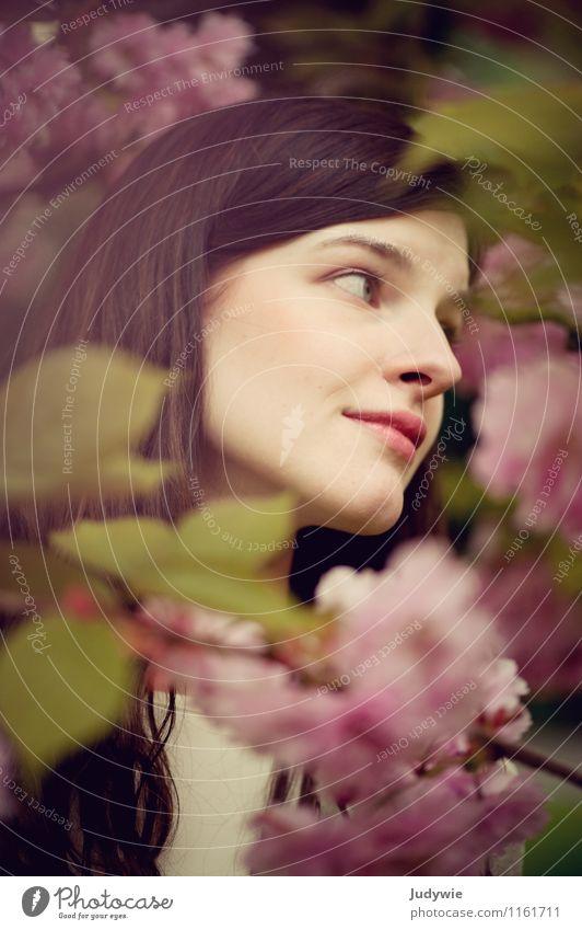 Blütenträume schön Gesicht Wohlgefühl Zufriedenheit Mensch feminin Junge Frau Jugendliche Erwachsene 13-18 Jahre Kind 18-30 Jahre Umwelt Natur Frühling Pflanze