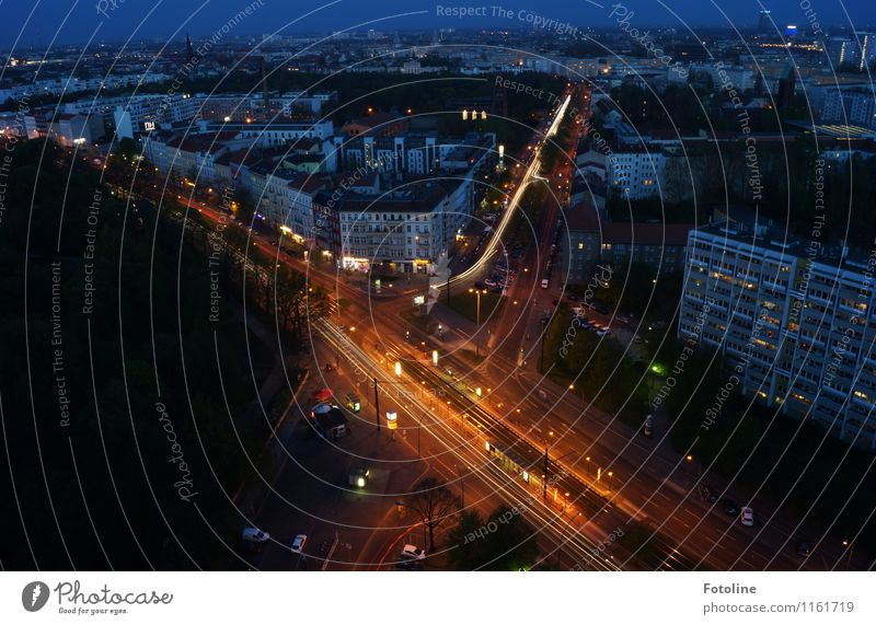 Viele Wege... Himmel Wolkenloser Himmel Nachthimmel Stadt Hauptstadt Haus Hochhaus Bauwerk Gebäude Architektur dunkel hoch Berlin Farbfoto Gedeckte Farben