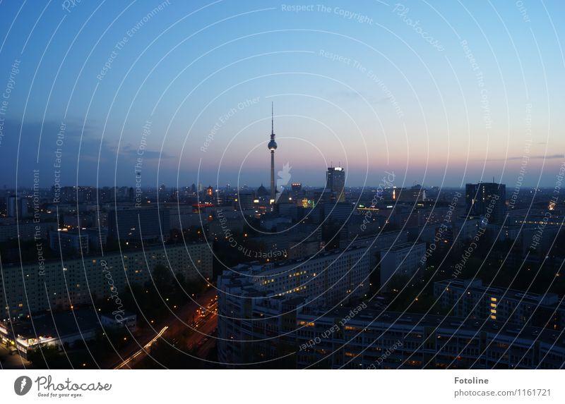Berlins Mitte Himmel Wolken Stadt Hauptstadt Haus Turm Bauwerk Gebäude Architektur Sehenswürdigkeit Wahrzeichen dunkel Ferne hoch oben Berliner Fernsehturm
