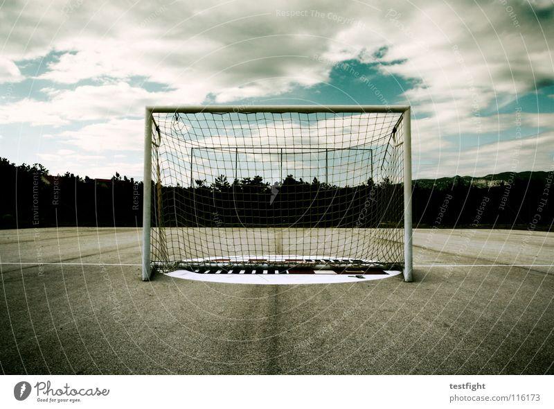 torwartproblem Torwart Spielen Platz leer Wolken schlechtes Wetter Ballsport Elfmeter Freude goalgetter torhüter Fußball Handball Sport ruhig